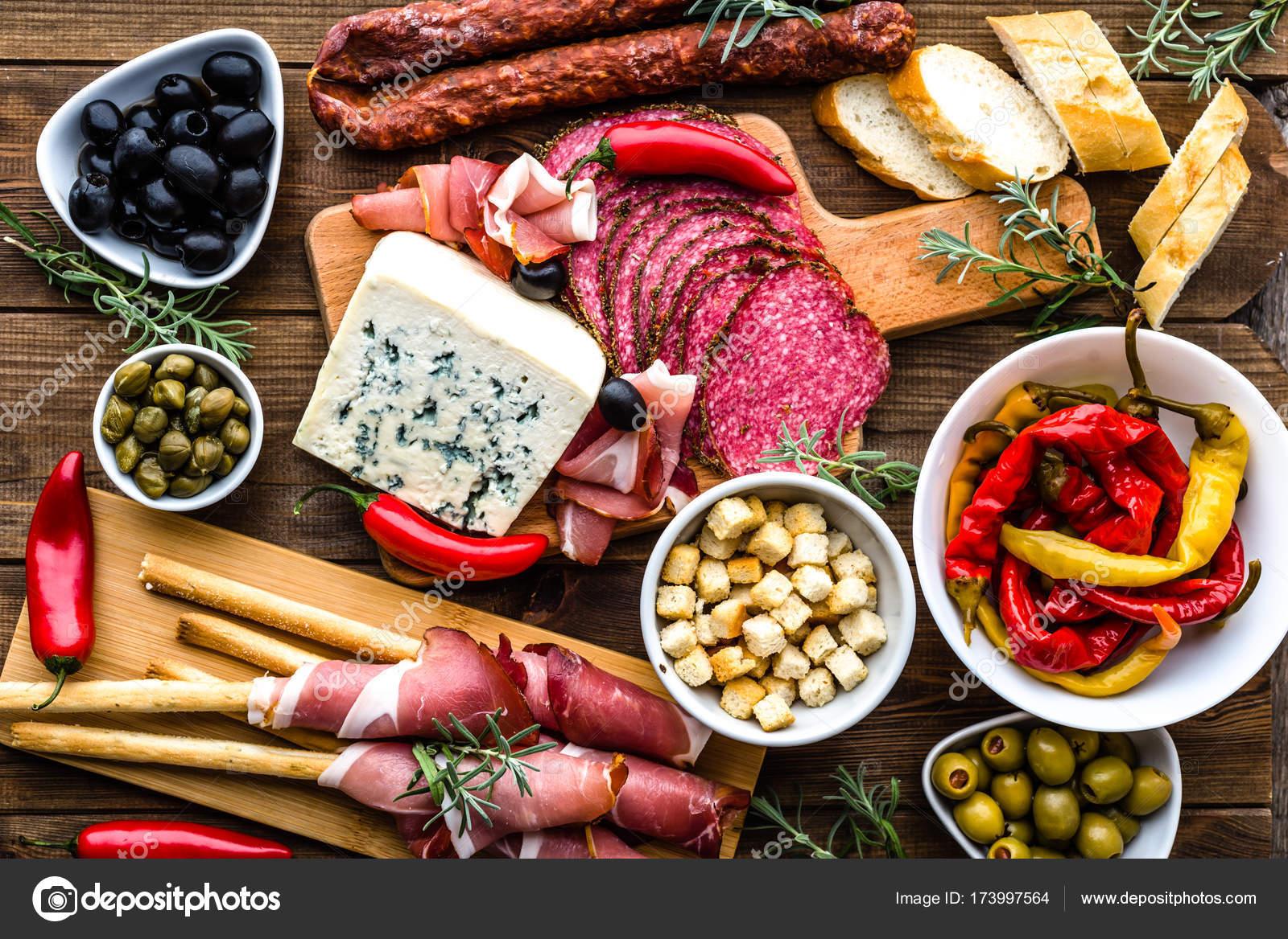 Tisch mit Essen, Tapas-Bar aus Spanien, kaltem Fleisch und Teller ...