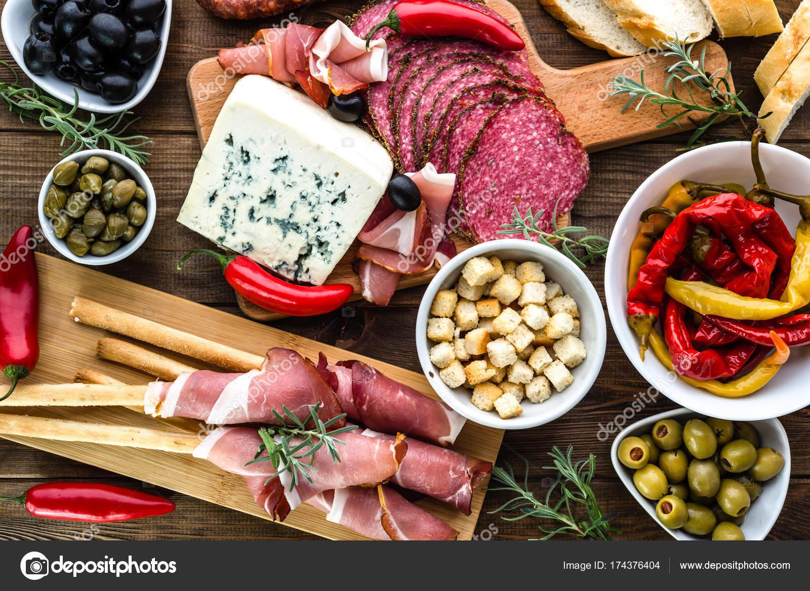 Tisch mit Essen, Tapas-Bar mit spanischer Küche, Wurst, Käse und ...