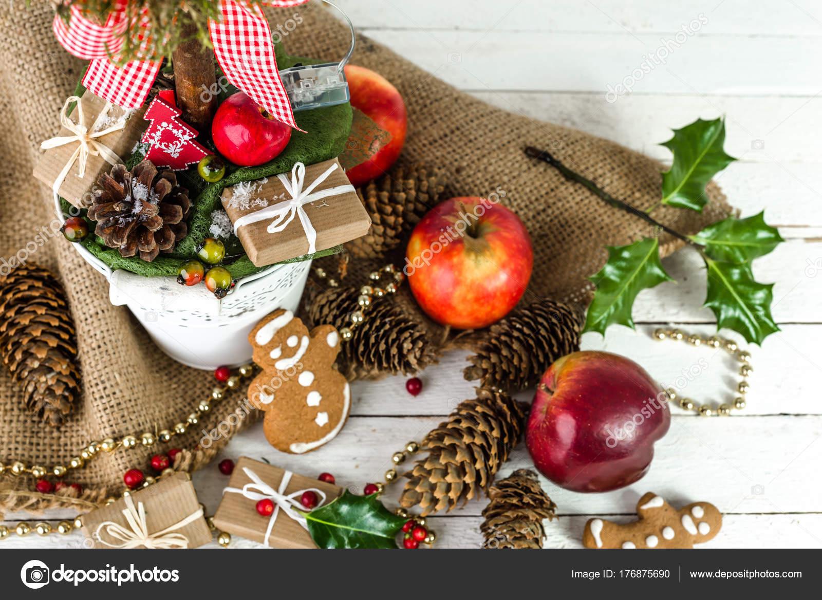 Tisch mit Essen, Weihnachtsgeschenk, Süßigkeiten ...