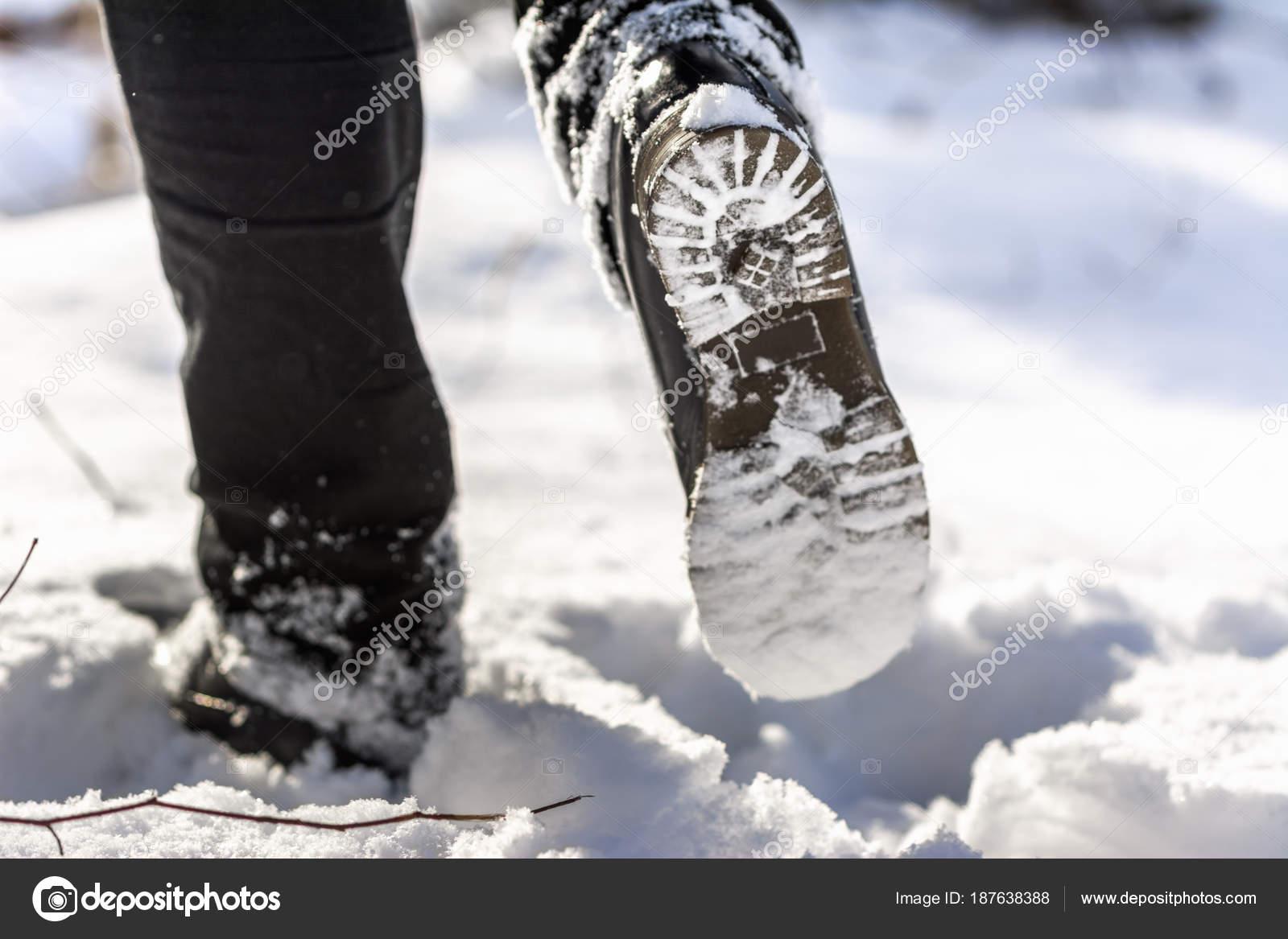 6cc28377ca Personne avec des bottes de neige, semelle de chaussure de randonnée —  Image de ...