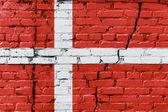 Dánská vlajka na starou cihlovou zeď