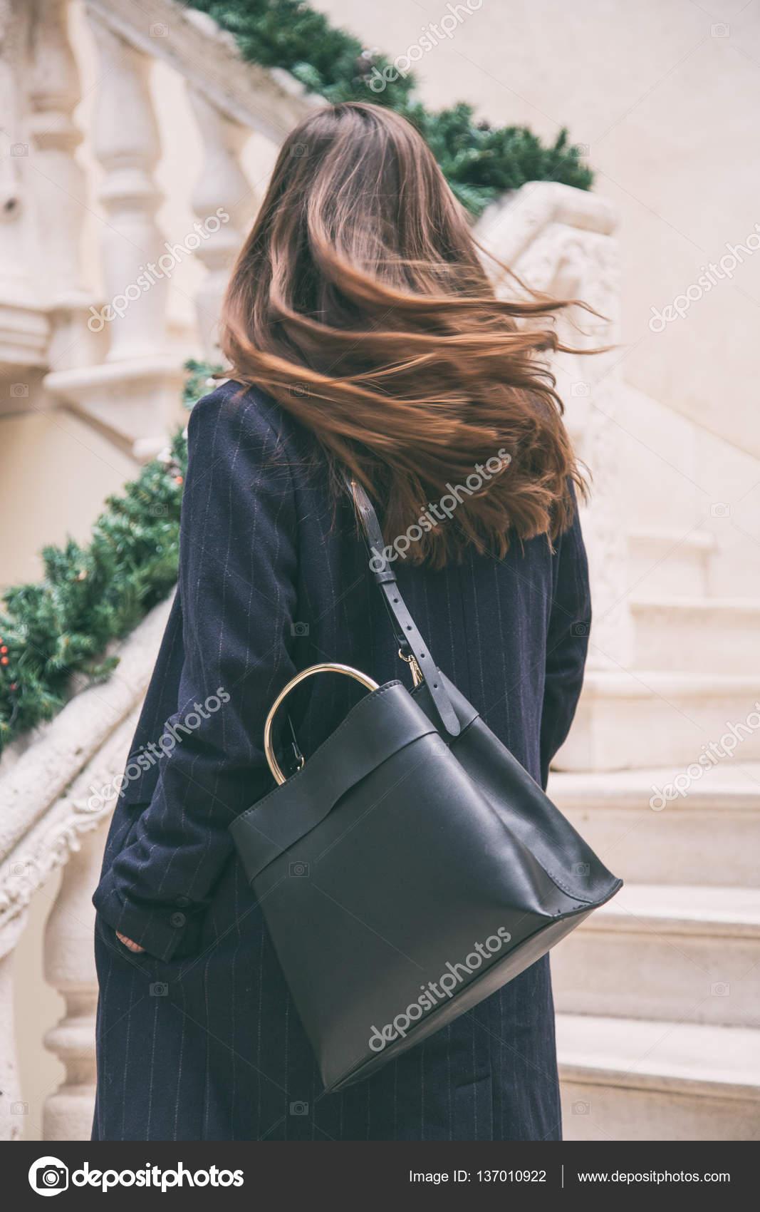 163c1709c Detalhes de roupa moda blogger. mulher elegante vestindo um casaco  oversized nay azul e uma