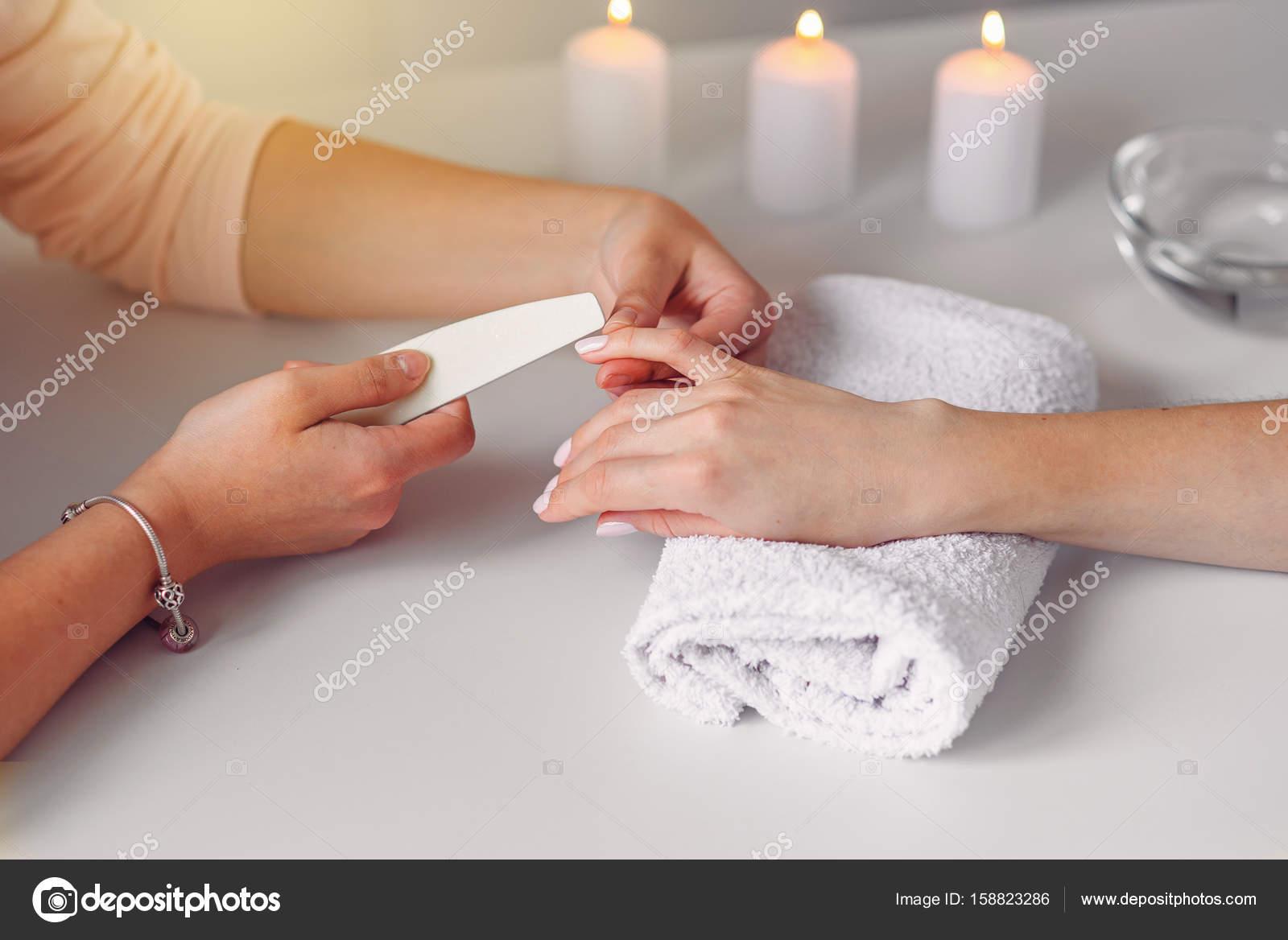 Nahaufnahme von schöne weibliche Hände mit Spa Maniküre im Beauty ...