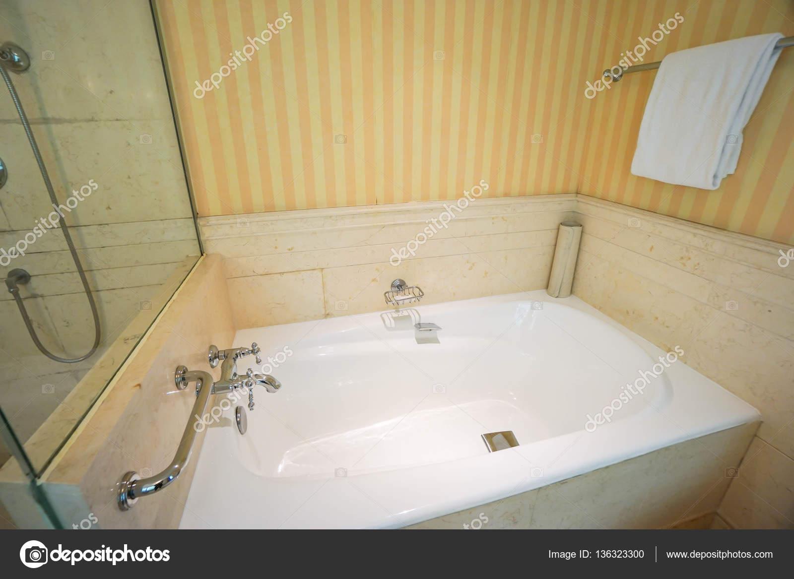 Luxe Badkamer Interieur : Luxe badkamer interieur in het hotel u2014 stockfoto © jummie #136323300