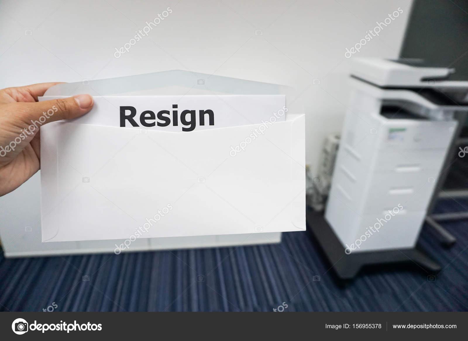 concept ontslagbrief bedrijfsconcept van vrouwen dienen ontslagbrief aan haar baas op  concept ontslagbrief