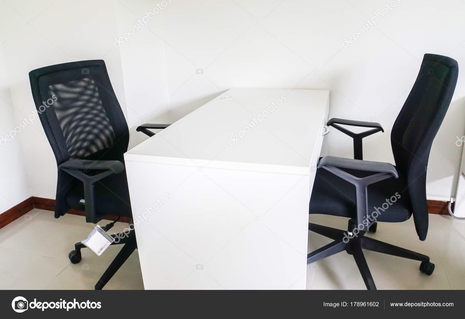 Sedie Da Ufficio Moderne : Scrivania ufficio con sedie moderne riunioni u foto stock jummie