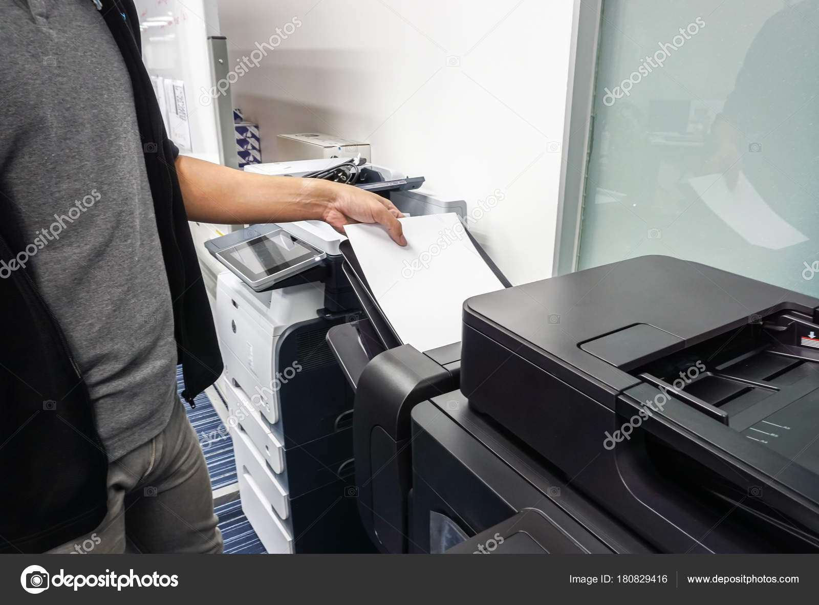 Empresario ponga hoja papel bandeja impresora oficina para for Papel para oficina