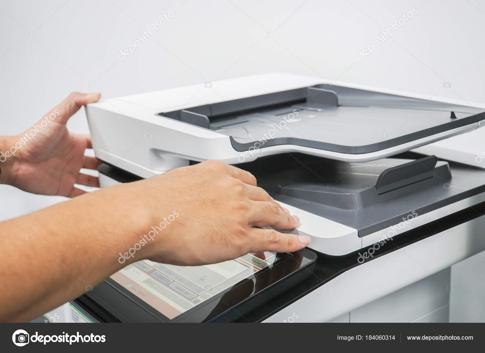 Gros plan homme utilisation multi fonctionnelle imprimante bureau