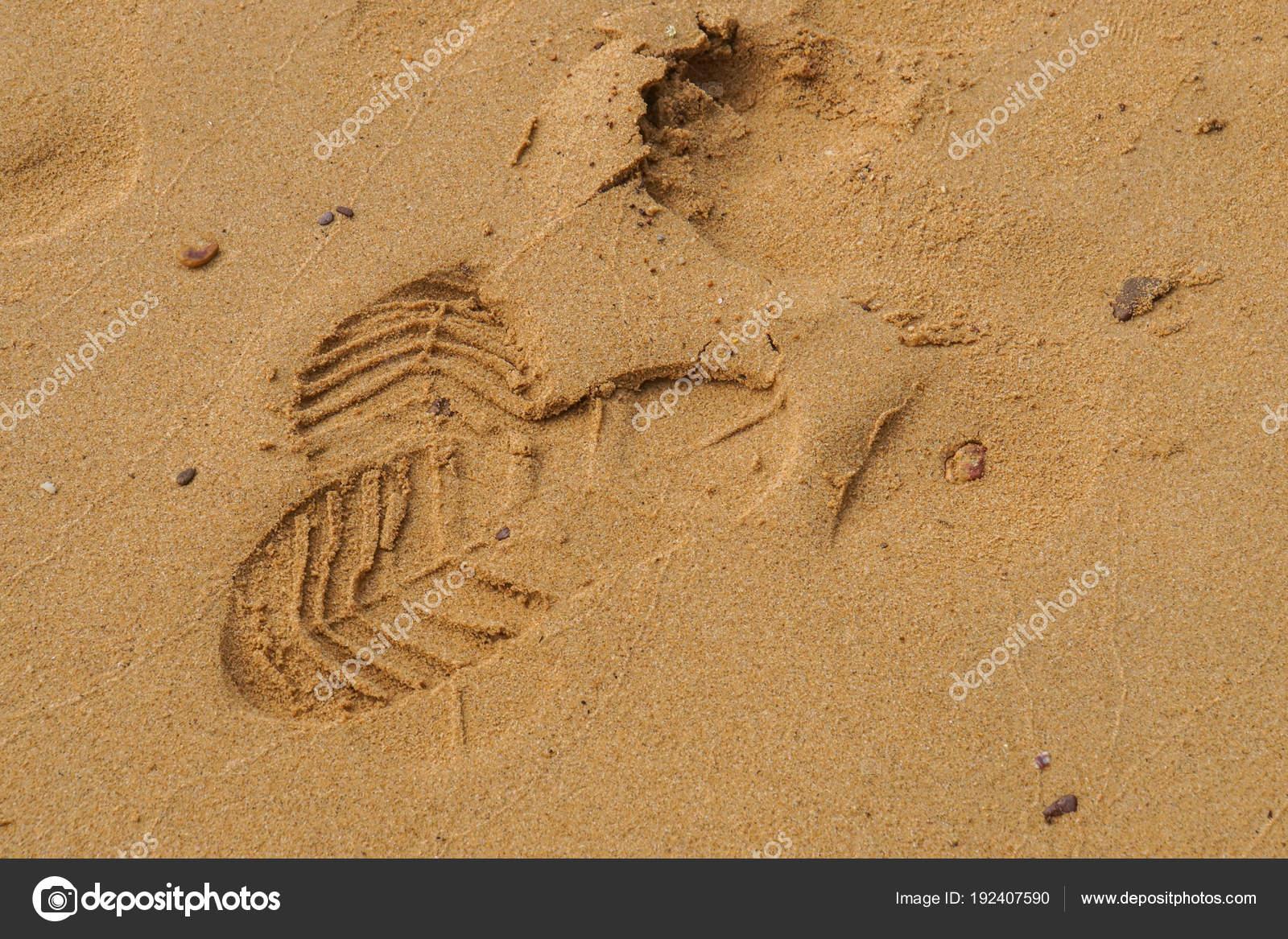 Chiuda in su impronte con scarpe sulla sabbia soffice — Foto di Jummie d5efb9487fc