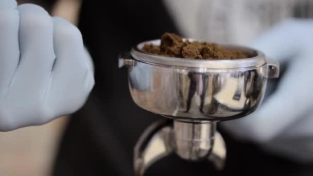 Barista macht Cappuccino aus nächster Nähe