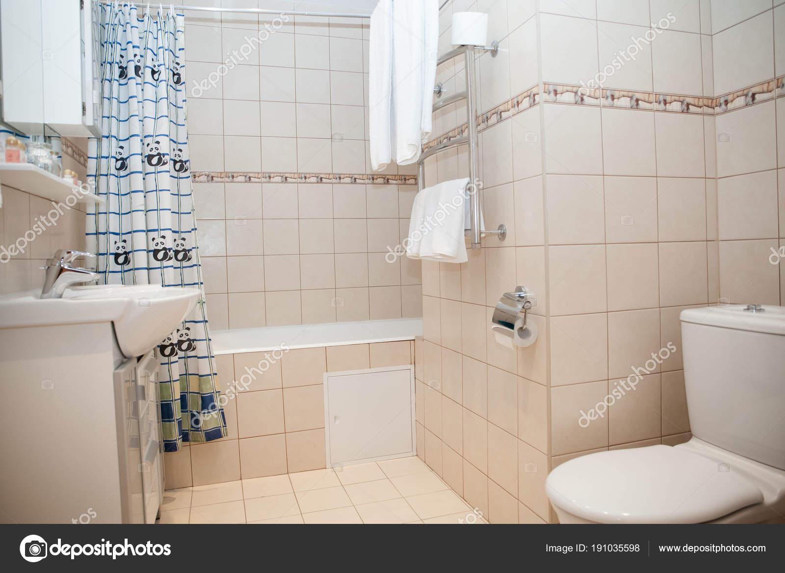 Accessoires Voor Badkamer : Badkamer douchecabine toilet een badkamer sanitair zinken