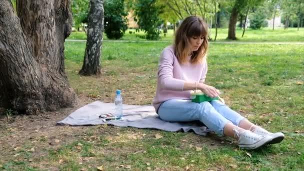 Zdravého životního stylu dívku jíst salát, usmíval se šťastný venku na krásný den. Usmíval se dospívající dívka s mísou salátu. Připravit a sekání zeleně pro veganské. Zdravé stravování a dietní koncepce