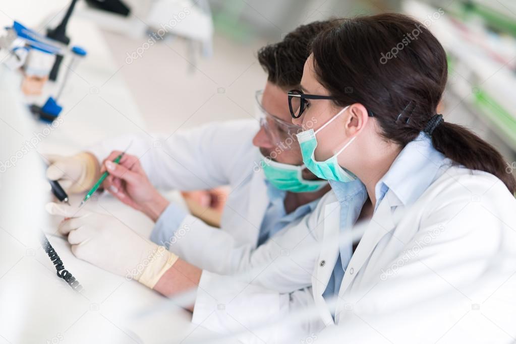 Zahnmedizin-Studenten, die Arbeiten sorgfältig auf anatomische ...