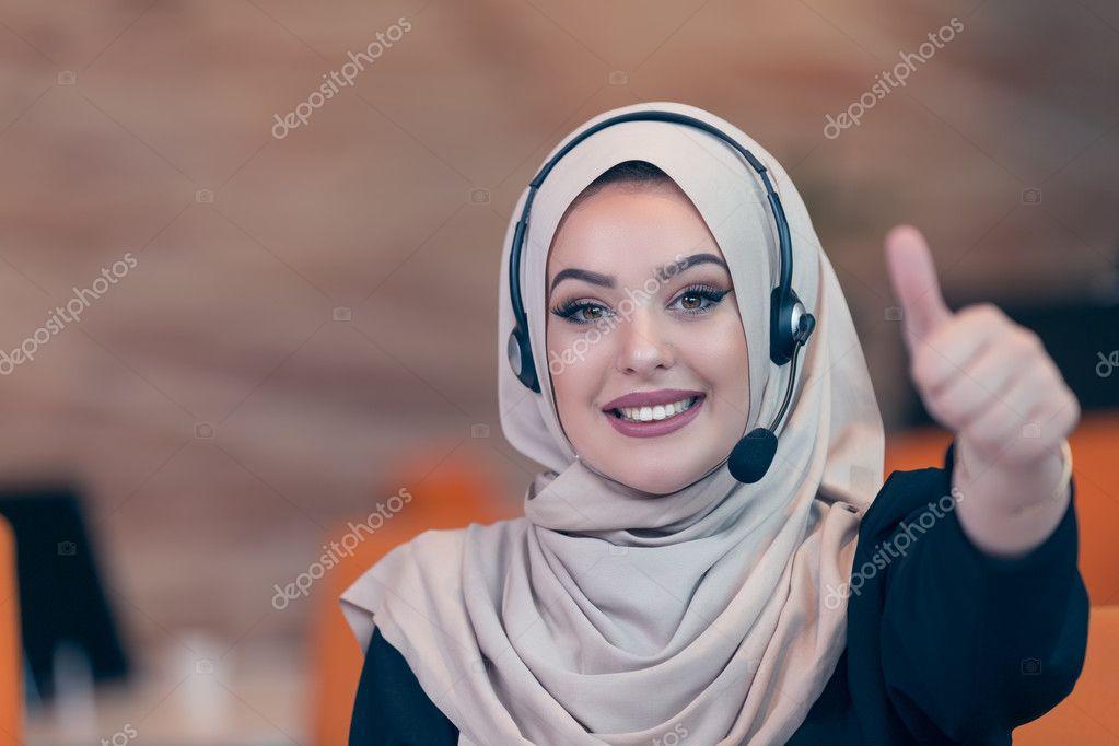 Femme d affaires arabe travaillant en équipe avec ses collègues de
