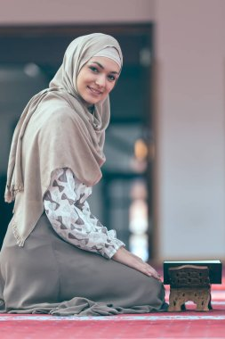 muslim woman reading koran