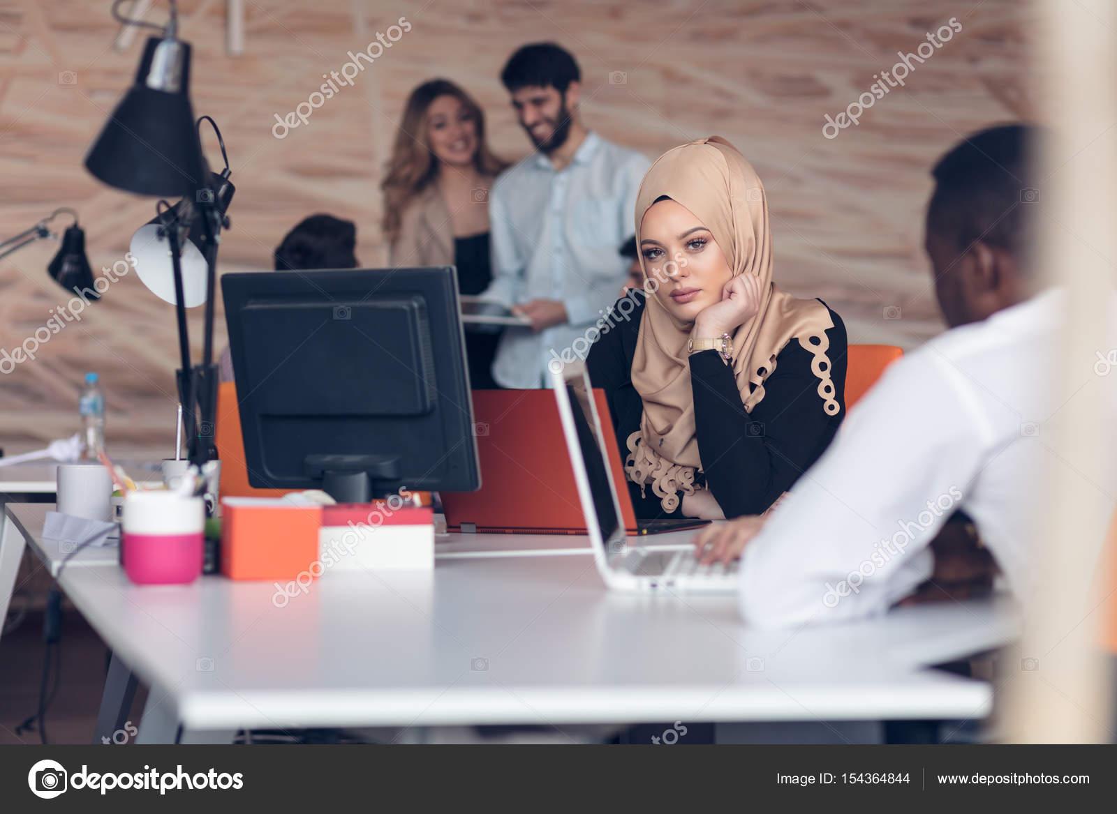 Femme arabe qui travaille au bureau u photographie fs stock
