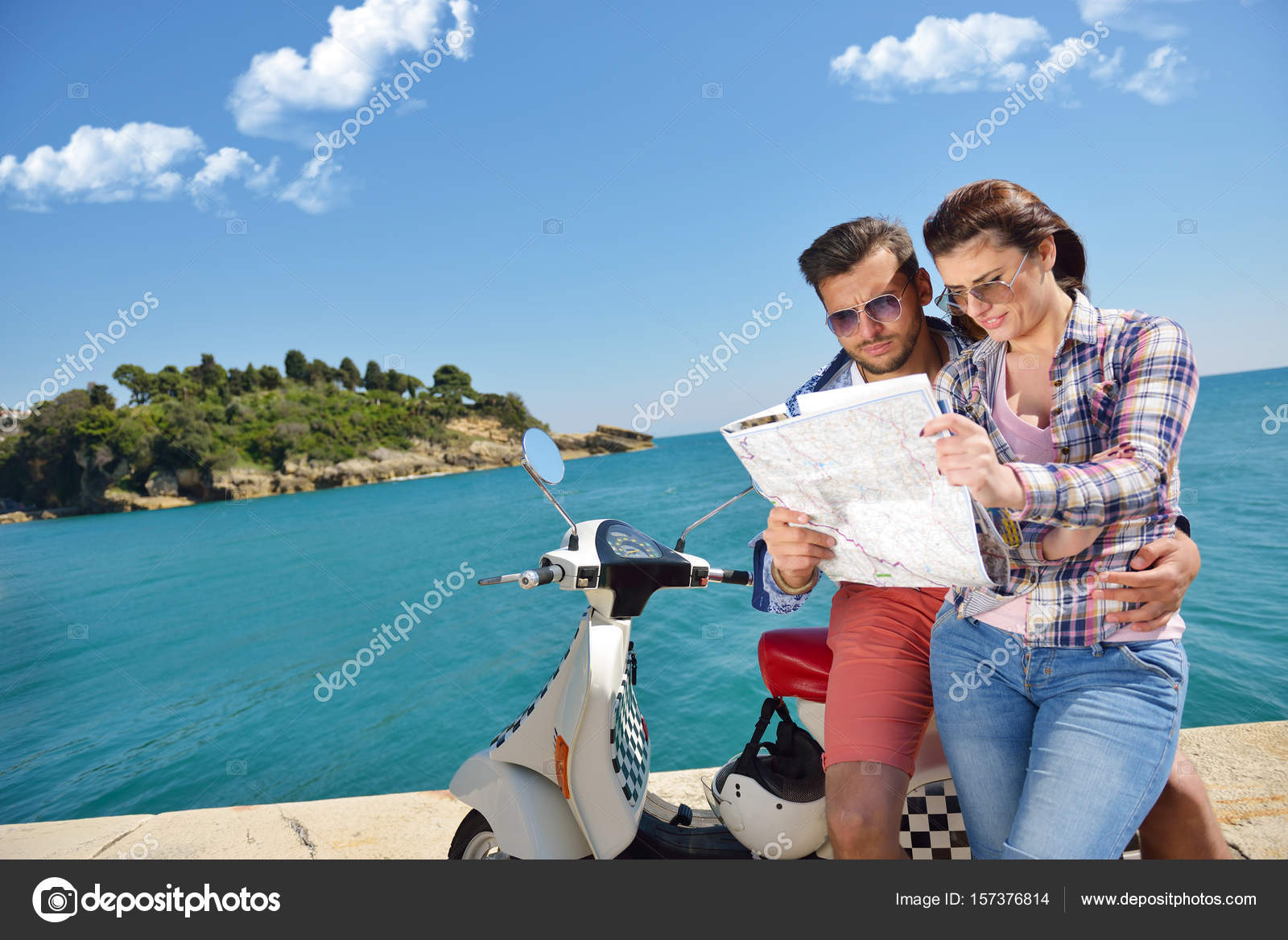 amorosa mapa Examinando el mapa juntos. Hermosa joven pareja amorosa sentados  amorosa mapa