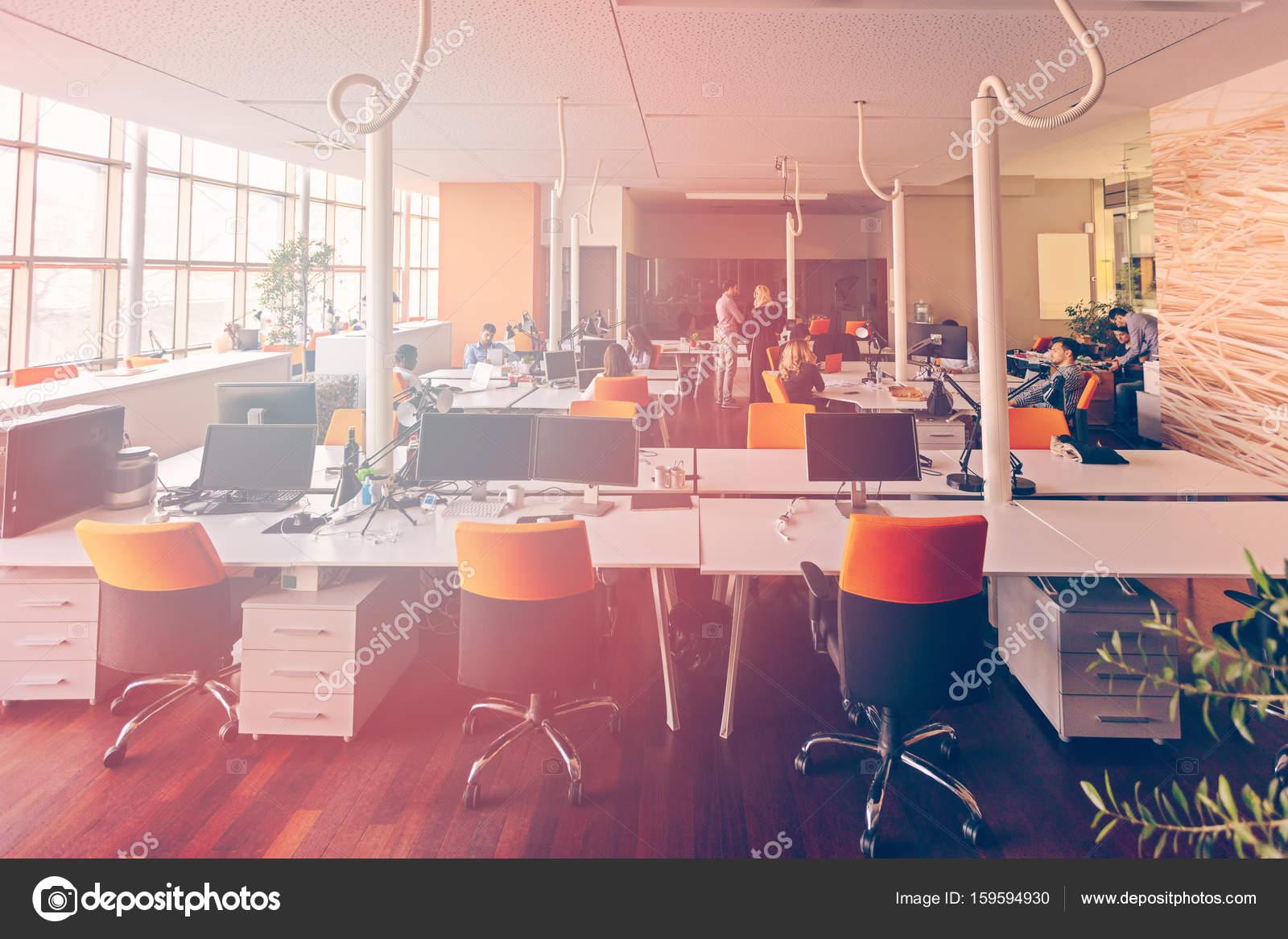 Bureau Moderne Group : Gens d affaires de démarrage groupe de travail tous les jours de