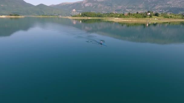 Luftaufnahme von Ruderboot am See