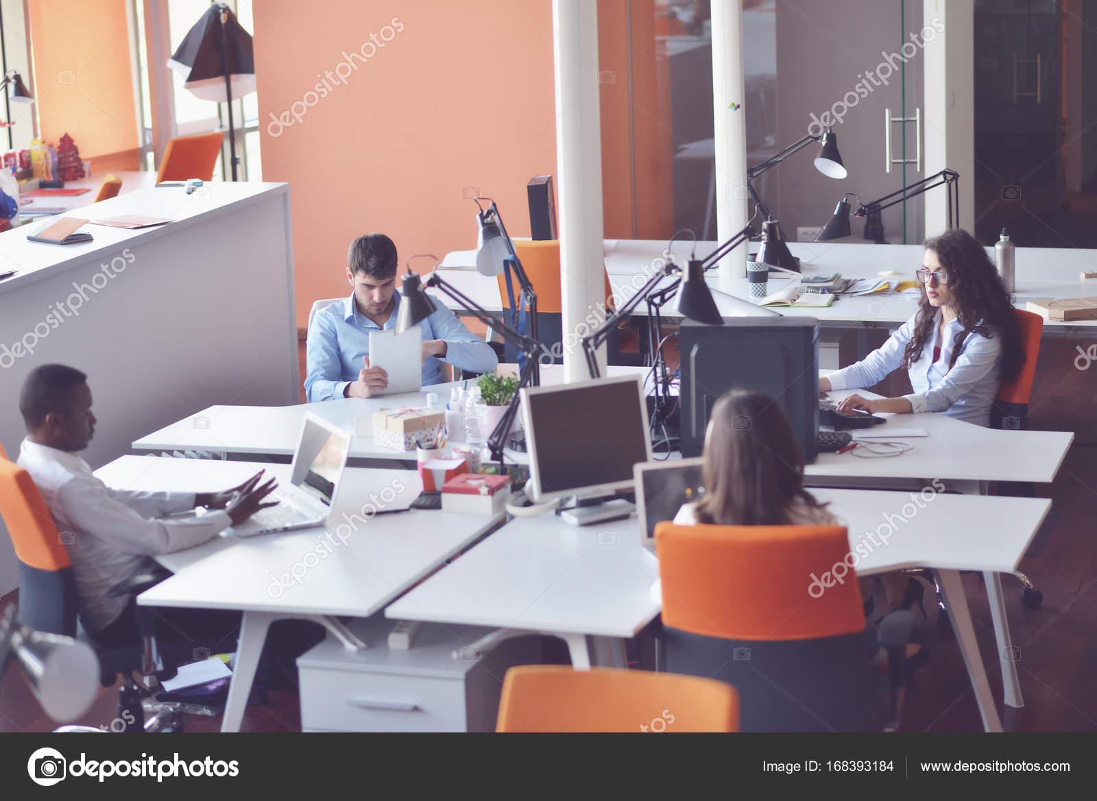 Gens d affaires de démarrage groupe de travail tous les jours de