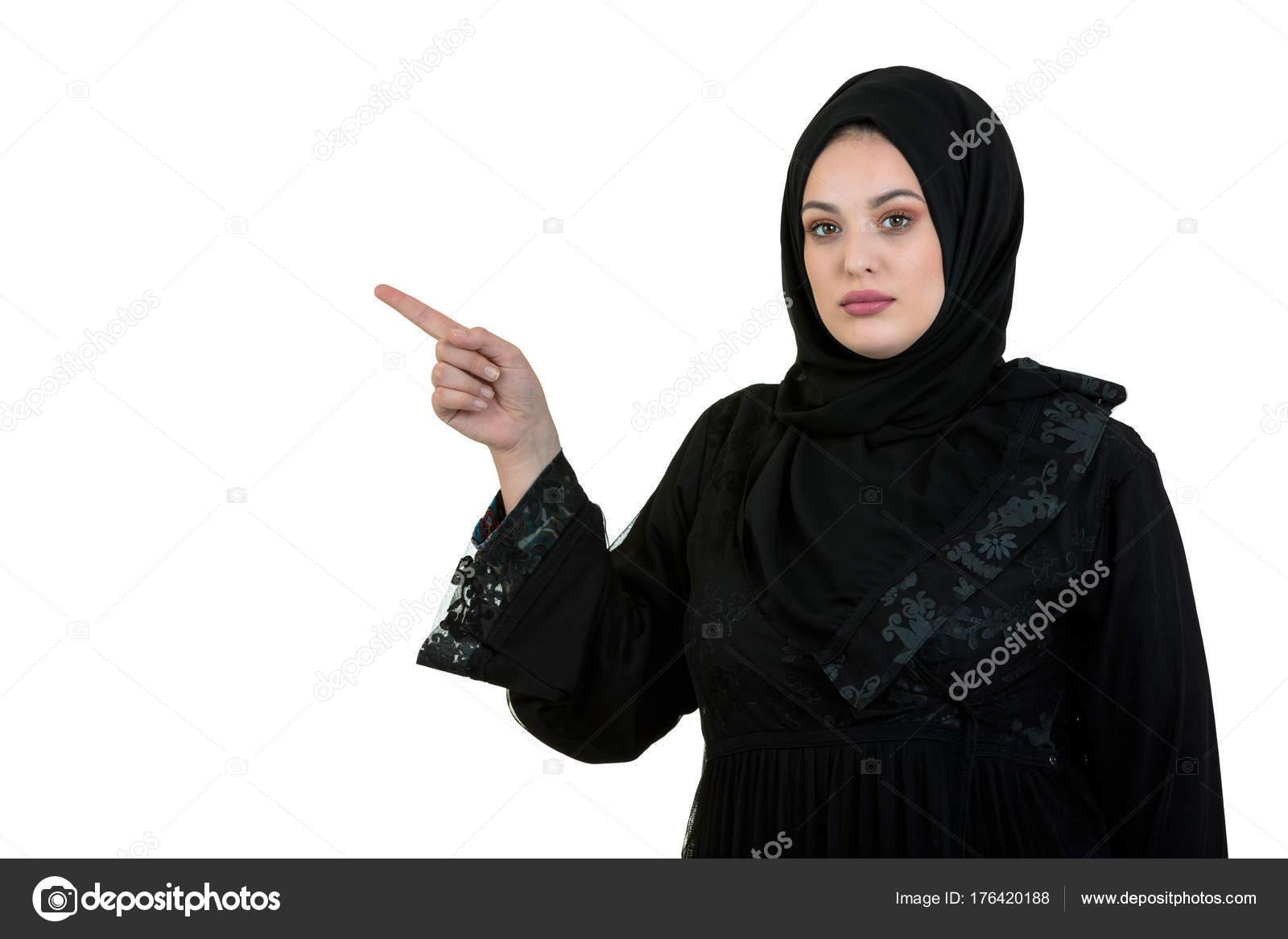 ad58788ed disparo de estudio de mujer joven, usando ropa árabe tradicional ...