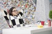 Boční pohled na spokojené podnikatel s novou práci v kanceláři