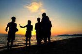 Emberek ünneplés strand party nyári nyaralás koncepció
