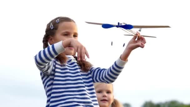 Lányok, hogy a fa repülőgépek és szórakozás.