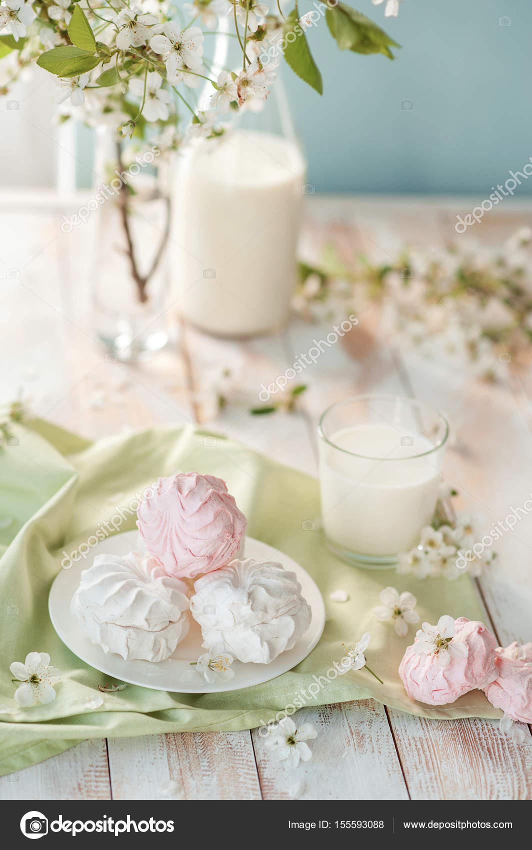 Russische Marshmallow Mit Flasche Und Glas Milch Auf