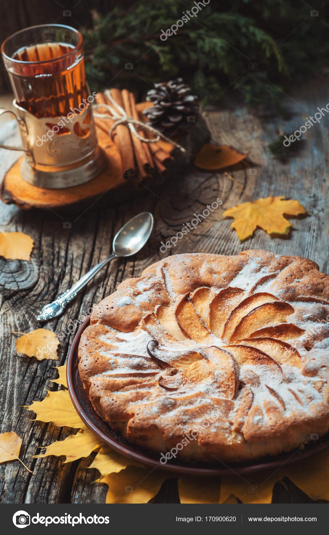 Frisches Gebäck Apfelkuchen mit Puderzucker auf Holztisch mit ...