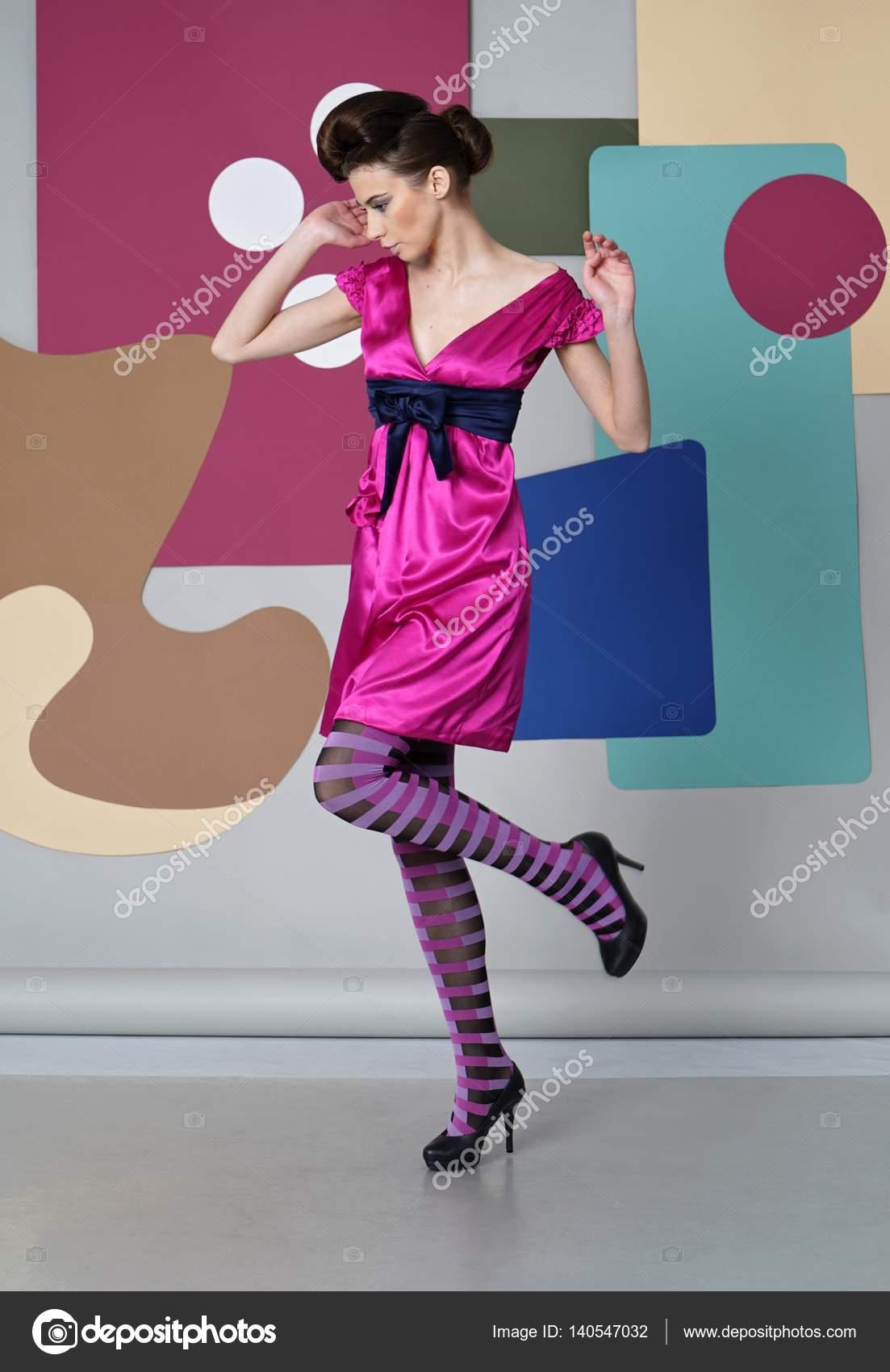 Chica joven en brillante vestido de baile en el escenario de color ...