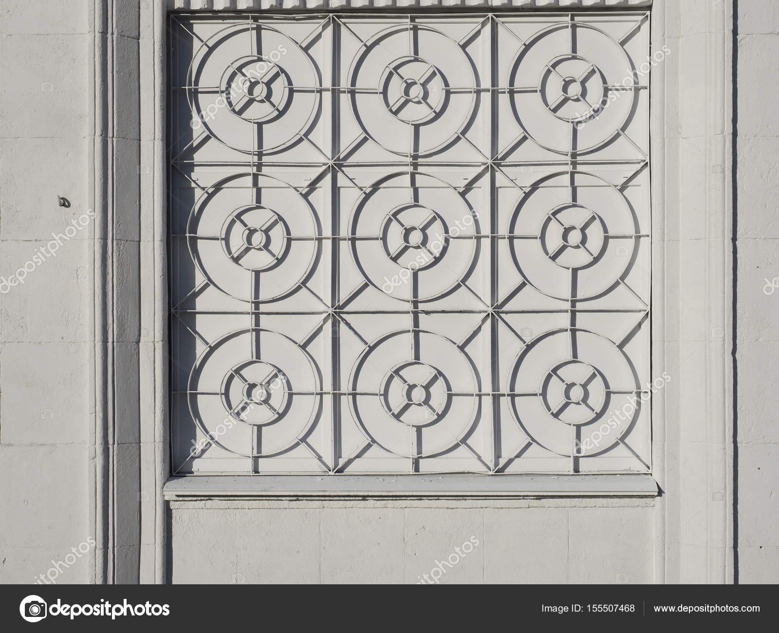 fa ade blanche de la maison avec une grille en fer forg. Black Bedroom Furniture Sets. Home Design Ideas