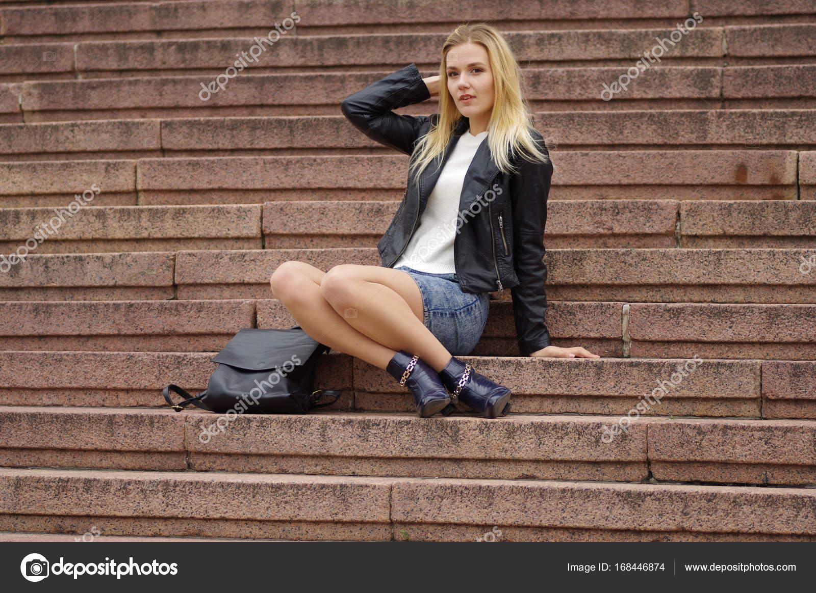 best service dc810 7442e Schöne blonde Frau in einem Jeansrock und schwarze ...