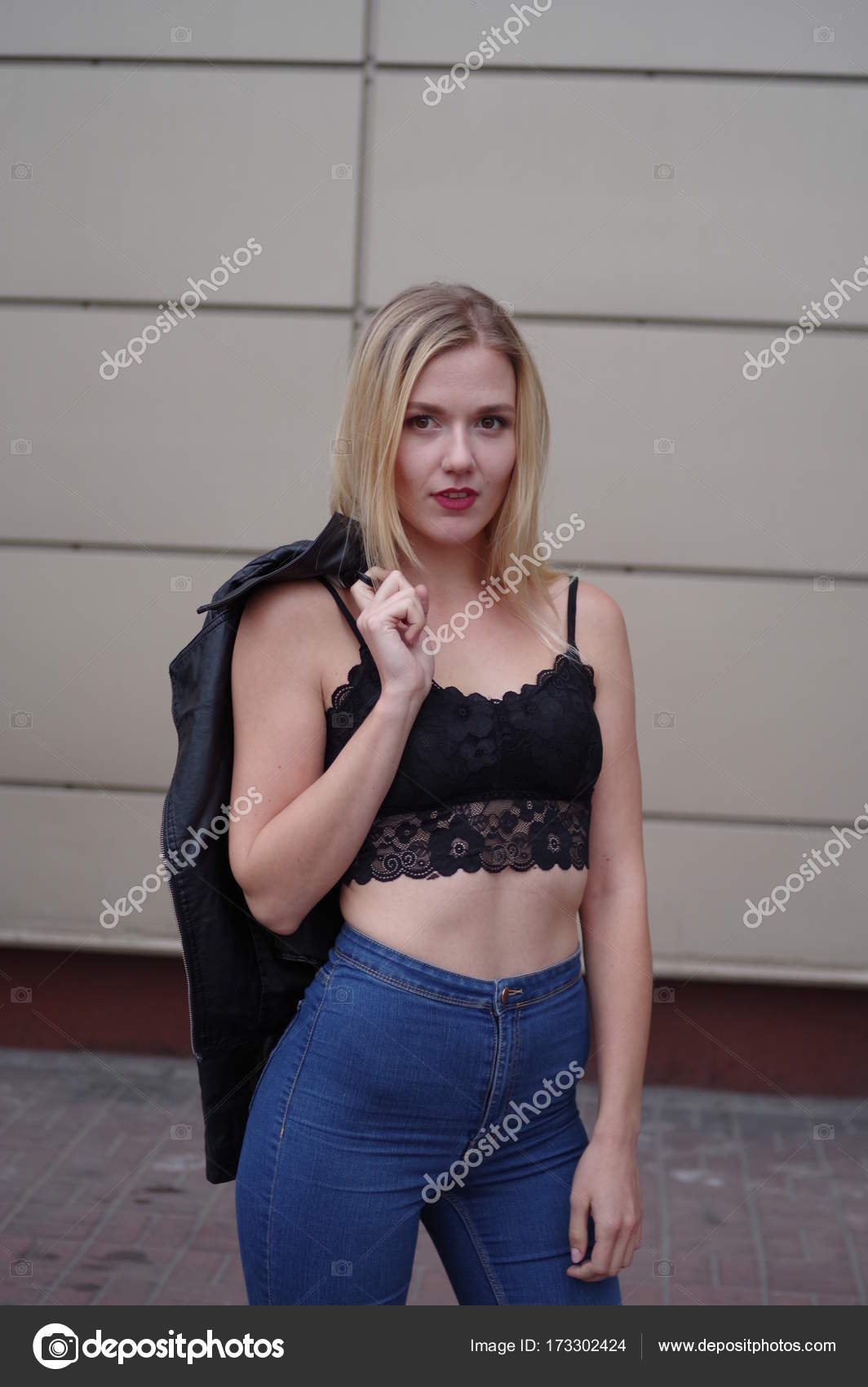 b019bb90bb96 Sexy beautiful young woman in blue jeans and black crop top. — Stock Photo