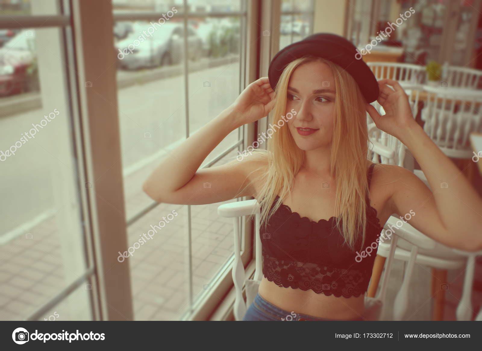 Сперма блондинка в топике видео как трахаются
