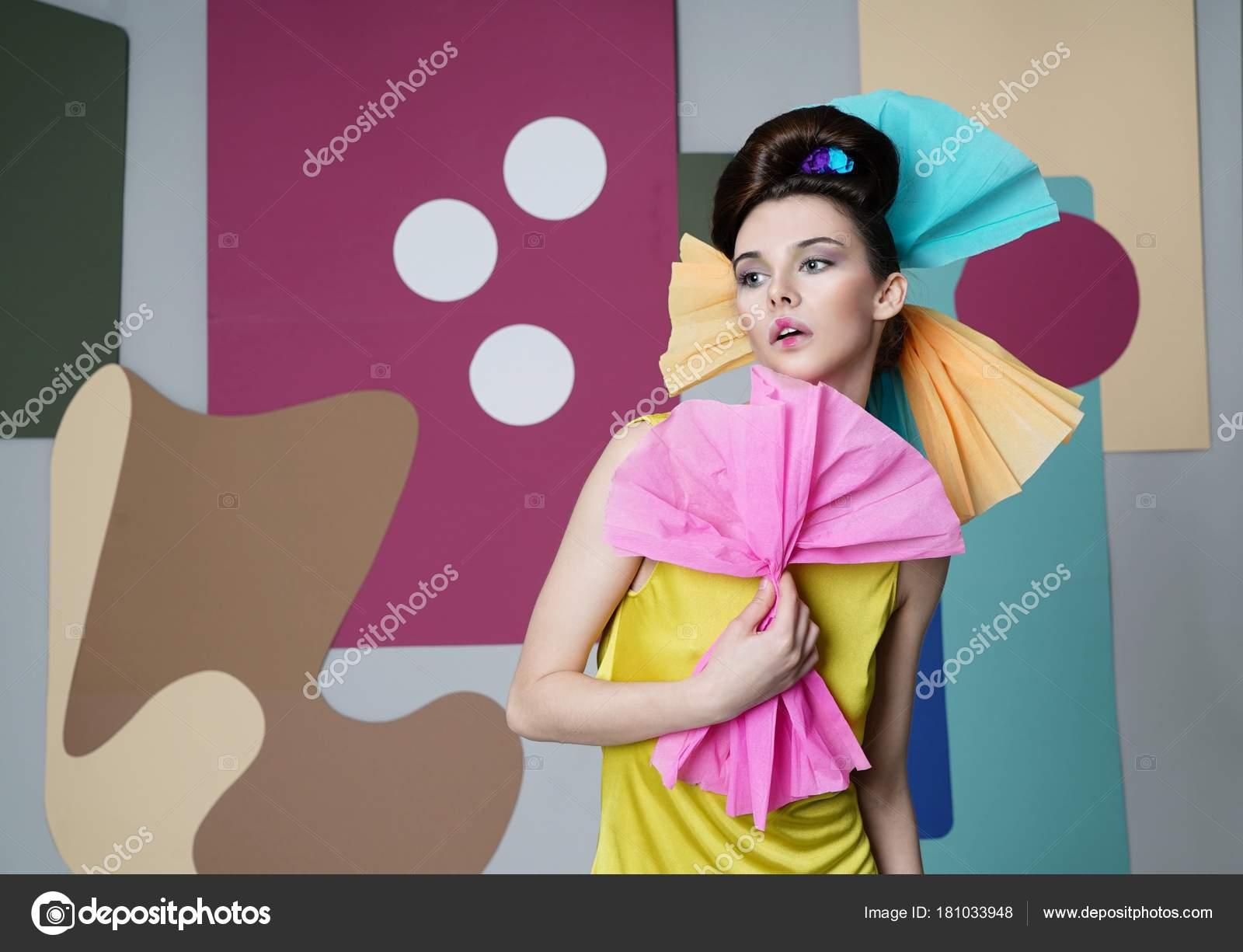 Un retrato de la vuelta de una chica activa en un vestido amarillo ...