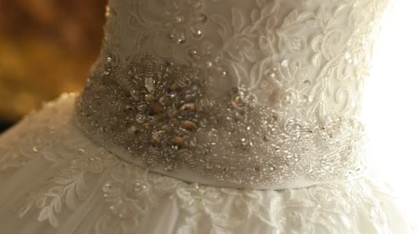 Krásné svatební šaty v místnosti