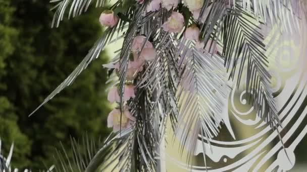 Arco di cerimonia nuziale decorata con fiori