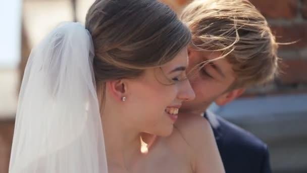 Liss ženich své nevěstě na tvář
