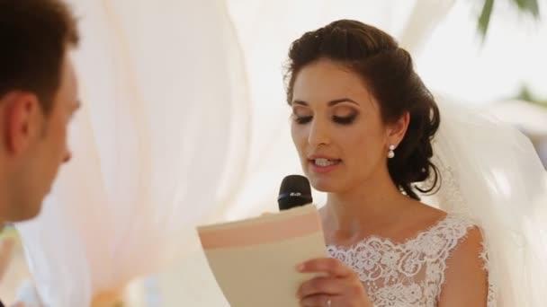 Nevěsta čte dopis přání