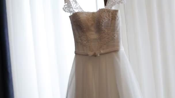 egy nő érkezik, hogy esküvői ruha