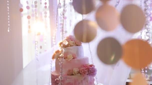 svatební dort zdobený květy