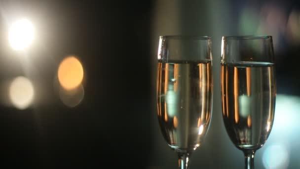 zwei weingläser mit champagner