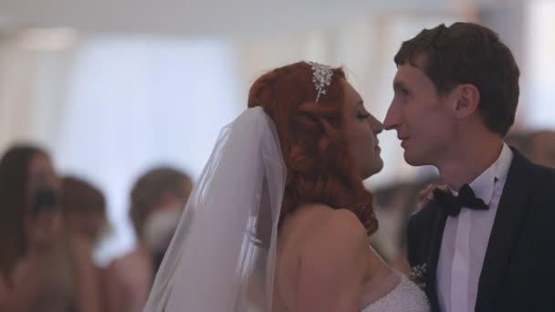Nevěsta a ženich sdílejí své první taneční společně na jejich svatební den