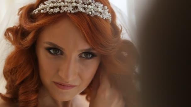 Elegantní brunetka nevěsty nosit krásné náušnice Hd