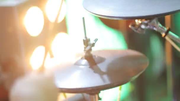 zenész játszik dob