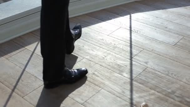 88fc047473f Pánské černé lakýrky je blízko okna. Retro interiér. Muž v kalhoty a černé  boty u okna