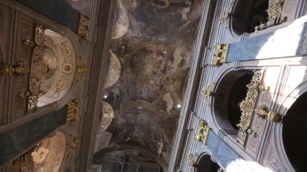 Schöne Wände und Decken in der Kirche.