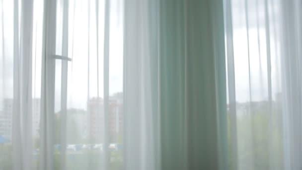 Pohledný ženich zasněně vypadá oknem