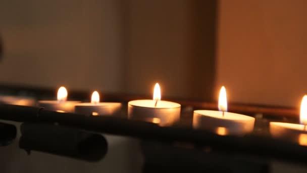 Hořící svíčky. Mnoho svíček hoří